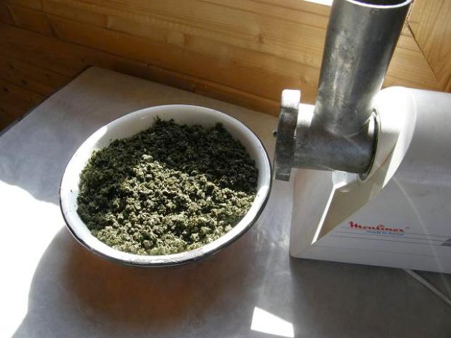 прокручивание листьев иван чая через мясорубку